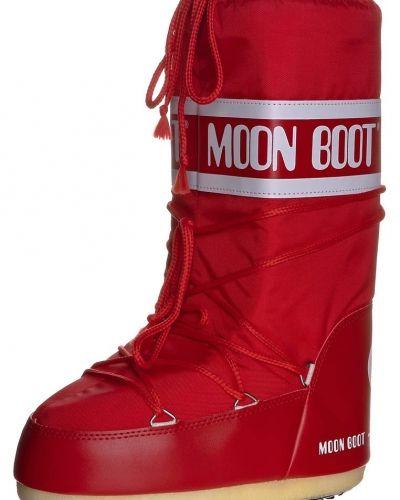 Till dam från Moon Boot, en röd vintersko.
