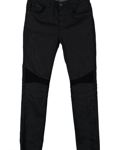 Till herr från Selected Homme, en svart slim fit jeans.