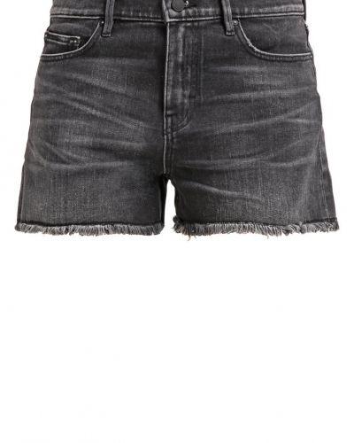 Till dam från Earnest Sewn, en jeans.