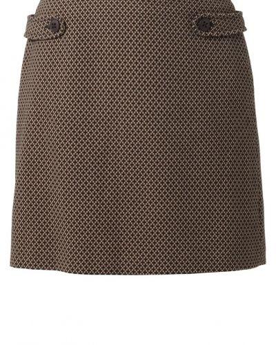Till kvinna från Opus, en brun minikjol.