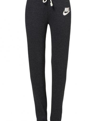 Nike Sportswear Rally regular. Traningsbyxor håller hög kvalitet.