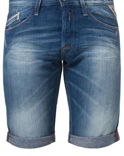 Till killar från Replay, en blå jeansshorts.