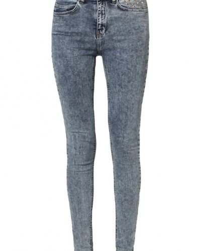 Till dam från JUST FEMALE, en blå slim fit jeans.