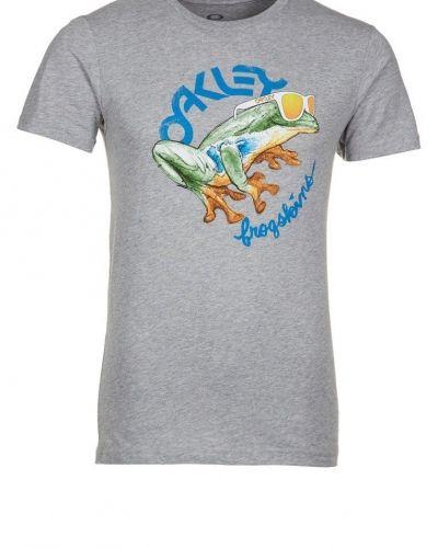 Oakley ROCK THE FROGSKINS Tshirt med tryck Grått från Oakley, Kortärmade träningströjor