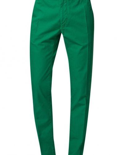 Till killar från Tiger of Sweden, en grön chinos.