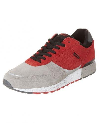 Till herr från WeSC, en röd sneakers.