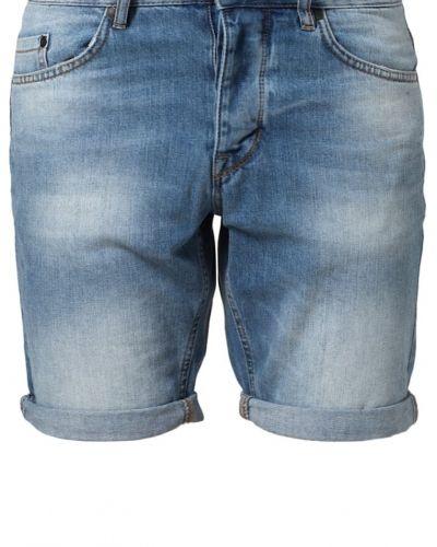 Till killar från Minimum, en blå jeansshorts.