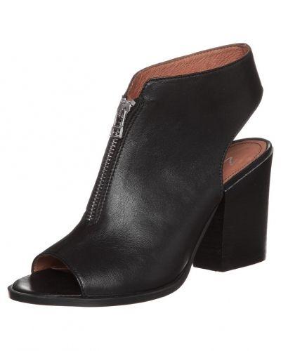 Till dam från Zign, en svart högklackade sandal.