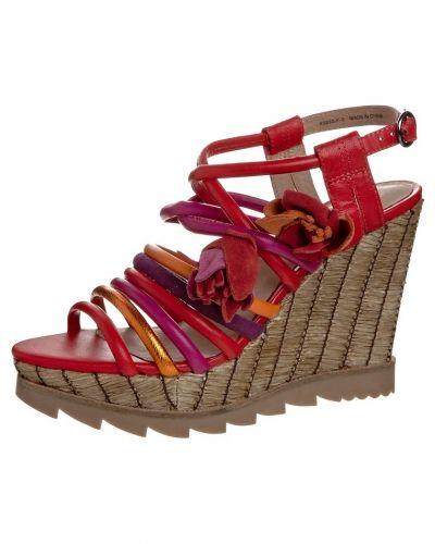 Till dam från Bronx, en röd sandaletter med kilklack.