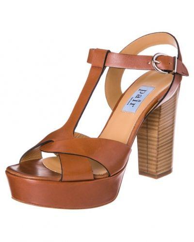 Till dam från Apair, en brun högklackade sandal.