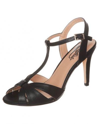Till dam från Buffalo, en svart högklackade sandal.