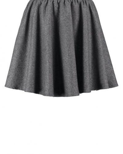 Till kvinna från Selected Femme, en kjol.