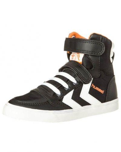 Till barn från Hummel, en svart höga sneakers.