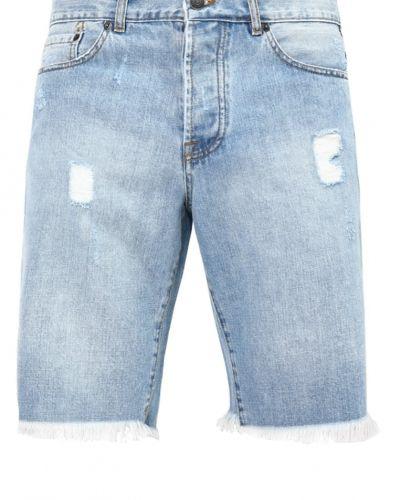 Till tjejer från Eleven Paris, en jeansshorts.