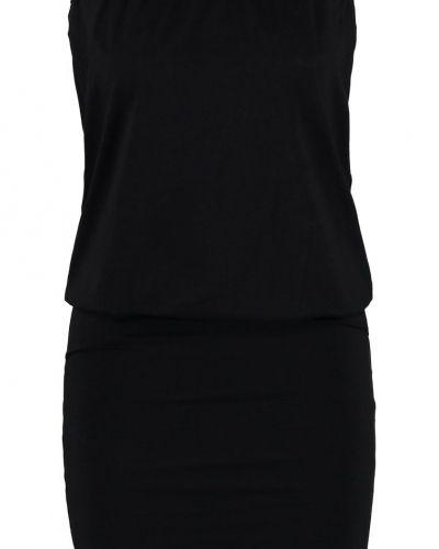 Till dam från Buffalo, en svart sportklänning.
