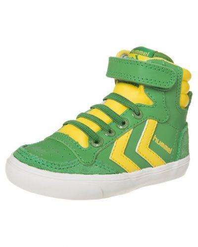 Till barn från Hummel, en grön höga sneakers.