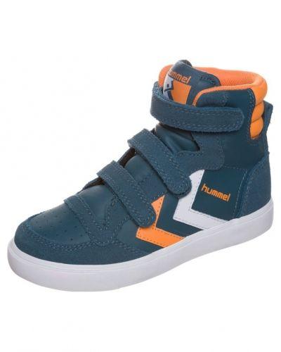 Till barn från Hummel, en blå höga sneakers.