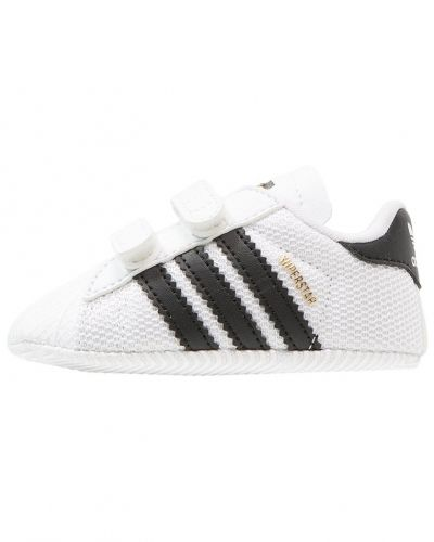Till dam från Adidas Originals, en lära-gå-sko.