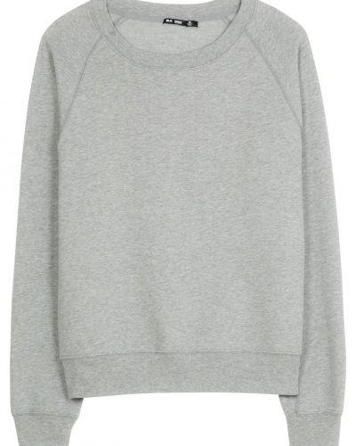 Till killar från BLK DNM, en grå sweatshirts.