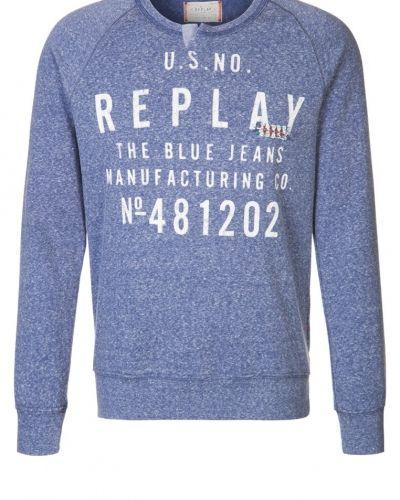Till killar från Replay, en blå sweatshirts.