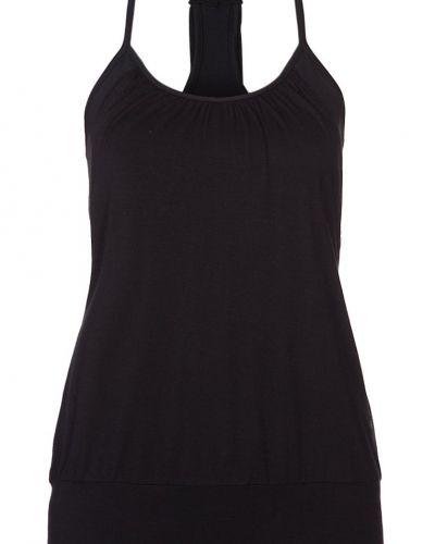 Till dam från Curare Yogawear, en svart linnen.