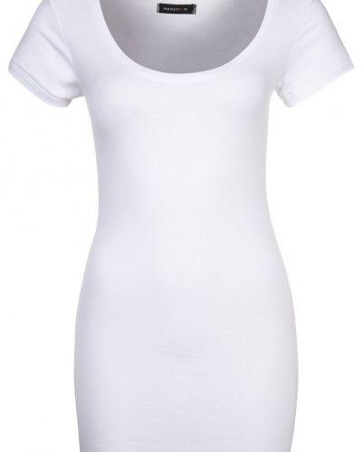 Till dam från Modström, en vit t-shirts.