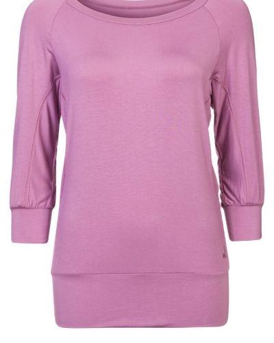 Till dam från Curare Yogawear, en rosa långärmad tröja.