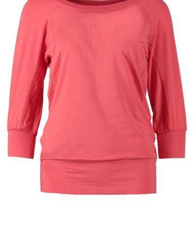 Till dam från Curare Yogawear, en röd långärmad tröja.