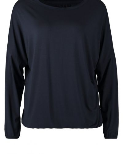 Blå långärmad tröja från Curare Yogawear till dam.