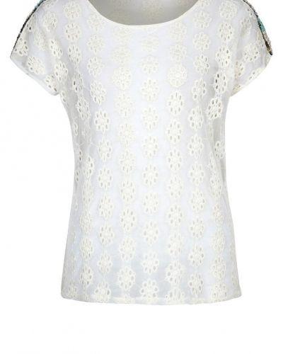Till dam från Culture, en vit t-shirts.