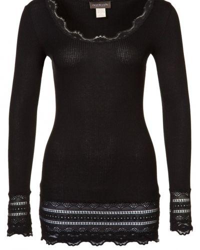Till dam från Rosemunde, en svart långärmad tröja.