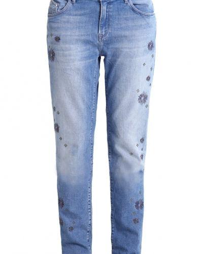 Till dam från Mavi, en relaxed fit jeans.