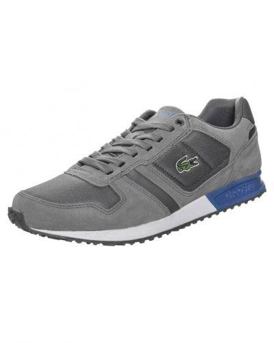 Till herr från Lacoste, en grå sneakers.