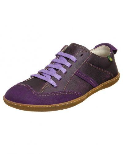 Till dam från El Naturalista, en lila sneakers.