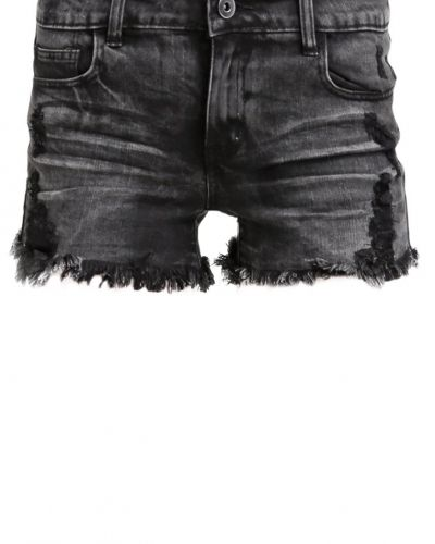 Till tjejer från VILA, en jeansshorts.