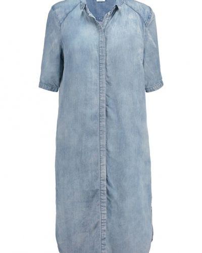 Till tjejer från Vero Moda, en jeansklänning.