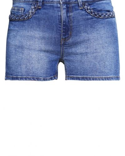 Till tjejer från Vero Moda, en jeansshorts.