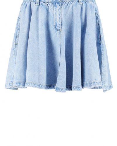 Till tjejer från Vero Moda, en jeanskjol.