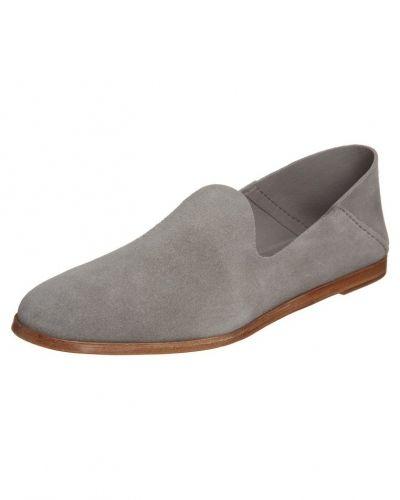 Till dam från Pedro garcÍa, en grå loafers.