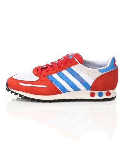 Till herr från Adidas Originals, en röd sneakers.