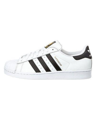Till herr från Adidas Originals, en vit sneakers.