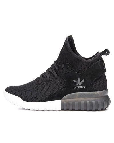 Till herr från Adidas Originals, en svart sneakers.