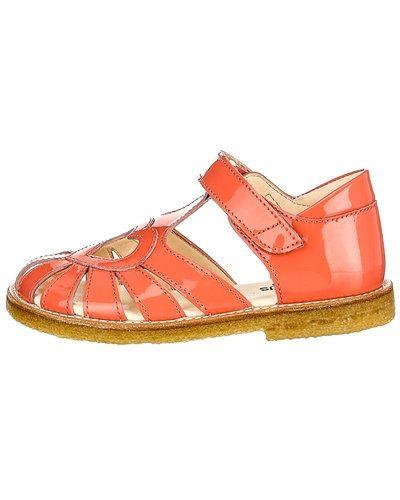 Till tjej från ANGULUS, en röd sandal.