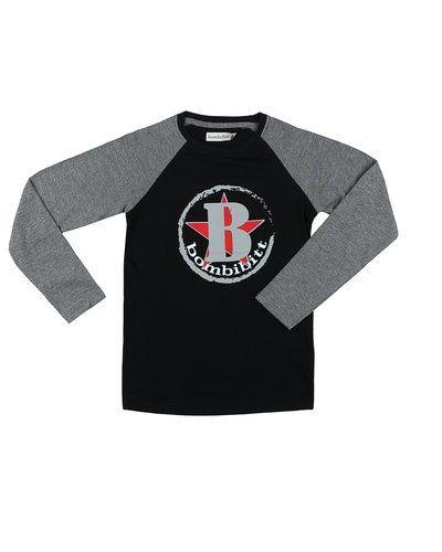 Till kille från BombiBitt, en svart tröja.