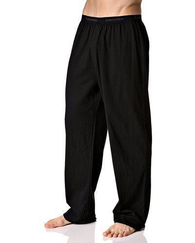 Till herr från Calvin Klein, en svart pyjamas.