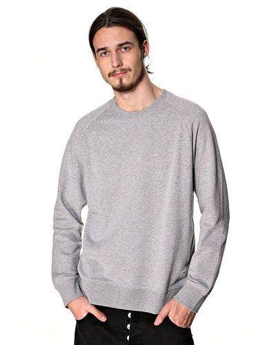 Till killar från Carhartt, en grå sweatshirts.