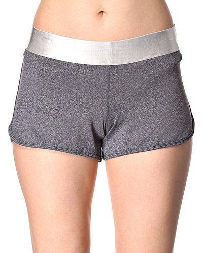 Grå shorts från Casall till dam.