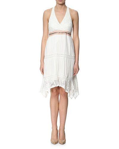 Till tjejer från Cream, en vit studentklänning.