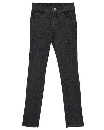 Till kille från D-xel, en svart jeans.