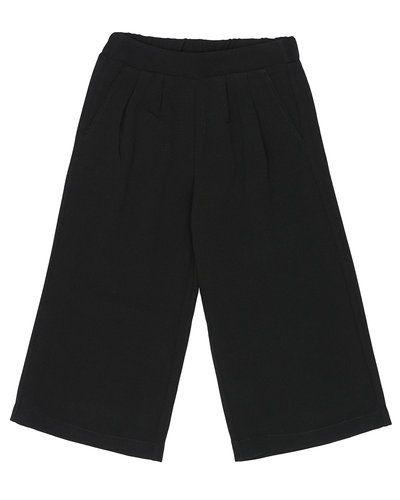 Till tjej från D-xel, en svart shorts.